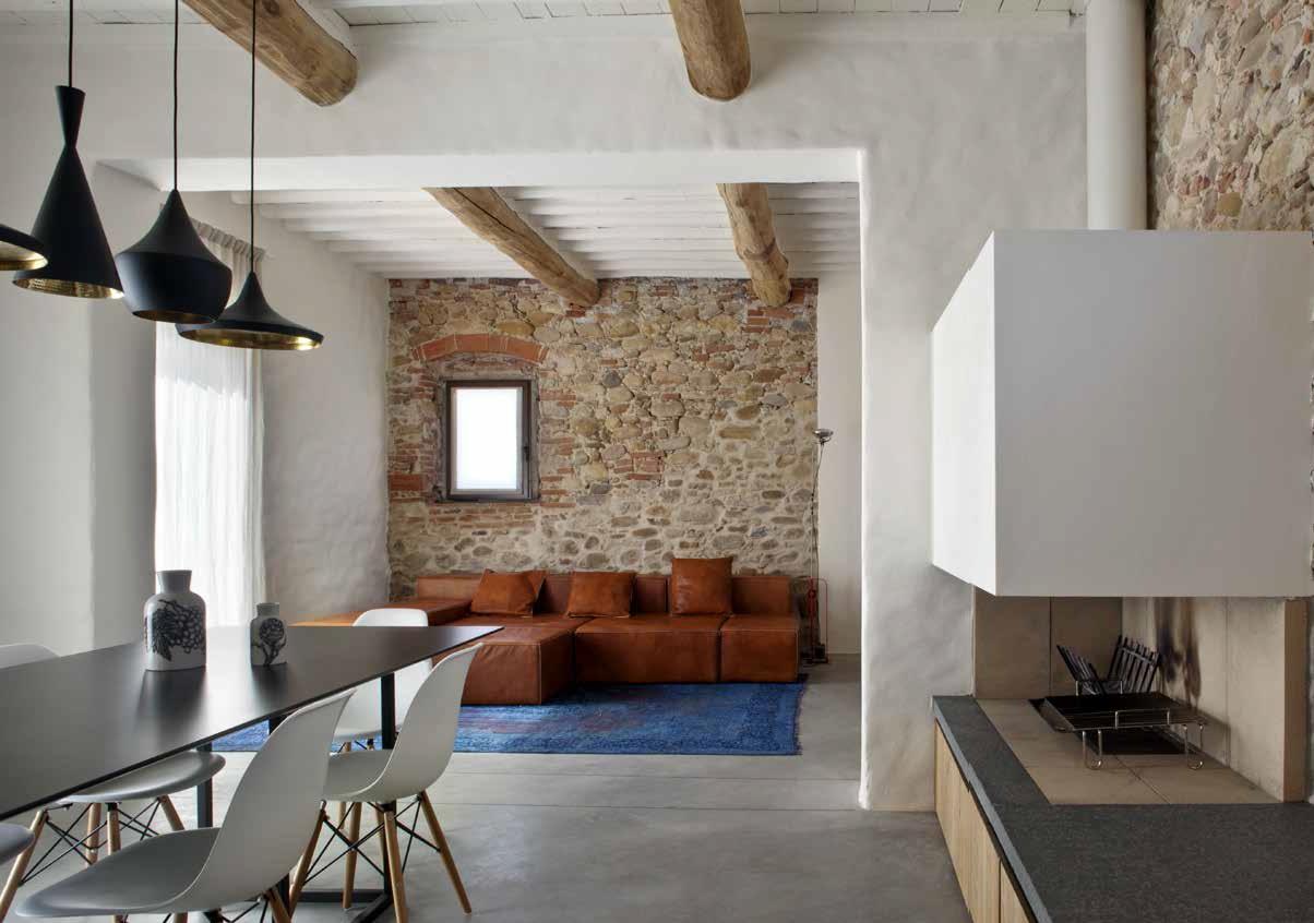 Ristruttuare un casale toscano gioco di contrasti ville for Immagini case antiche interni