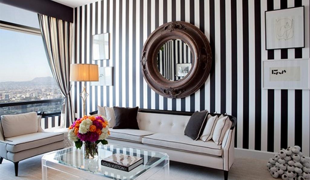 parete righe dietro al divano