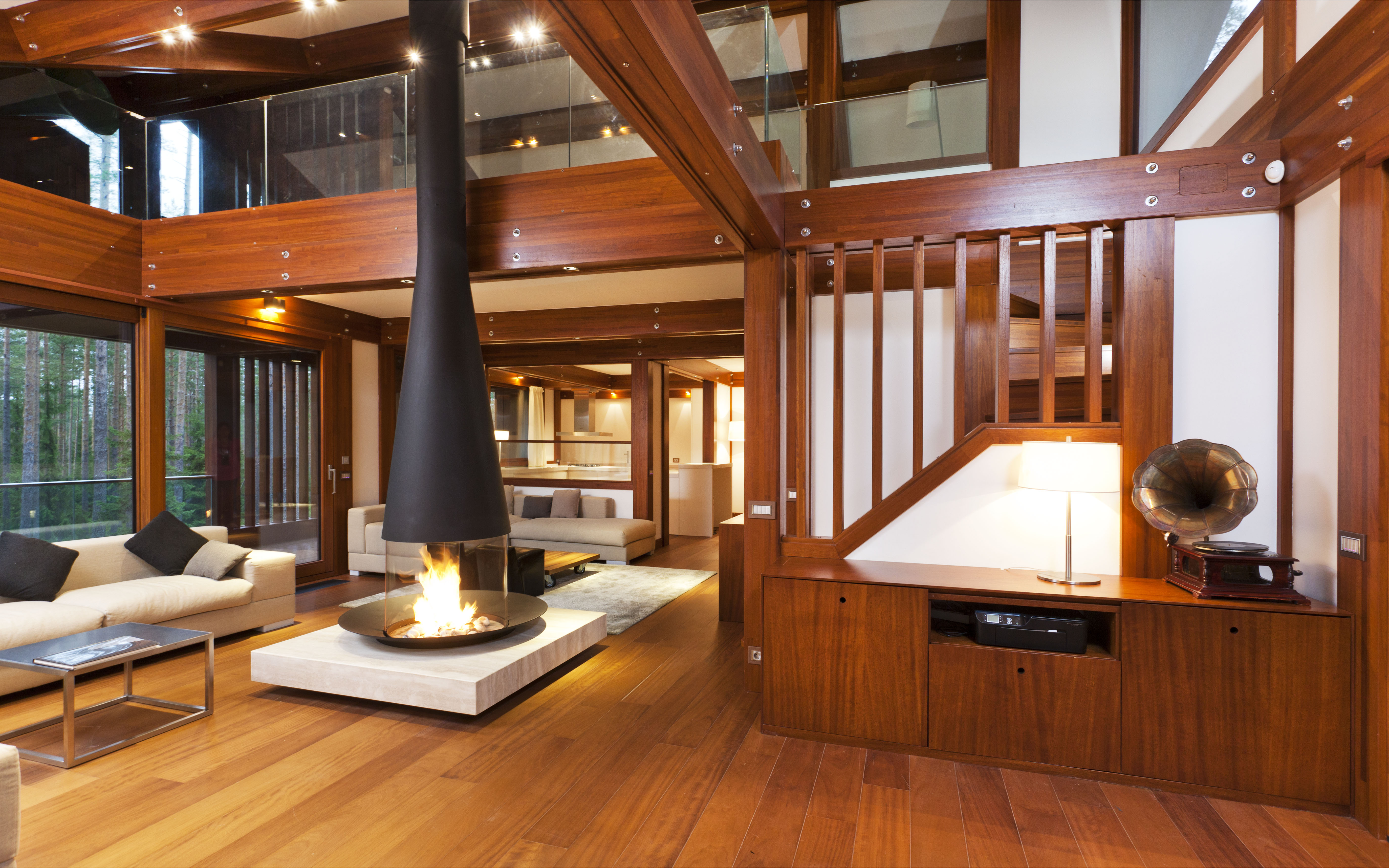 Una villa dal design contemporaneo tra i boschi di san for Interni ville
