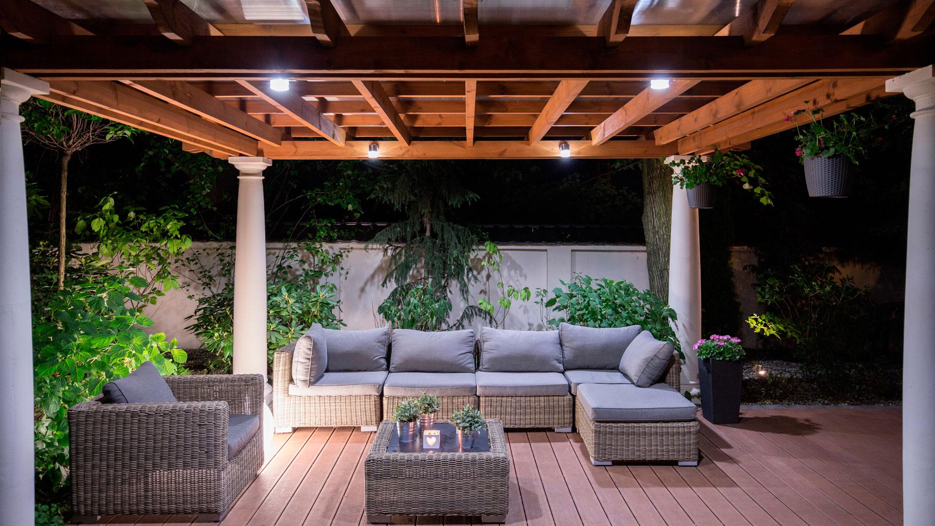 Gazebi da giardino in legno e ferro battuto ville casali for Gazebo arredo giardino