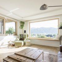 Zona giorno con finestre Internorm in legno-alluminio