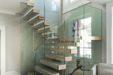 Nella ristruturazione di una villa inglese, lo studio AR firma il progetto su misura di una scala luminosa e leggera, con gradini in legno di abete sbiancato e parapetto in cristallo temperato. (foto Martin Gardner)