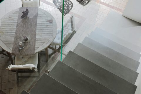 Scala con rivestimento in Microtopping per creare raffinate superfici materiche e continue, con soli 3 mm di spessore; un materiale che può rivestire scale e pavimenti, pareti in cartongesso o in muratura.
