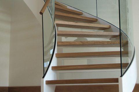 Pulsar, scala elicoidale in legno e vetro. L'azienda si avvale della collaborazione di vetrerie, tappezzerie e falegnamerie, per rendere il prodotto finito un elemento personalizzato e unico.