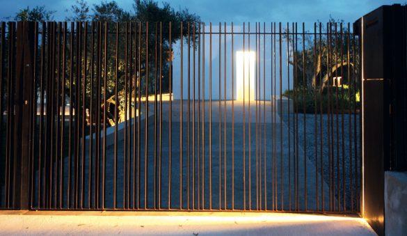 Realizzato su disegno Cottone+Indelicato Architects, il cancello scorrevole in corten progettato appositamente per questa ristrutturazione è composto da bacchette piene in corten.
