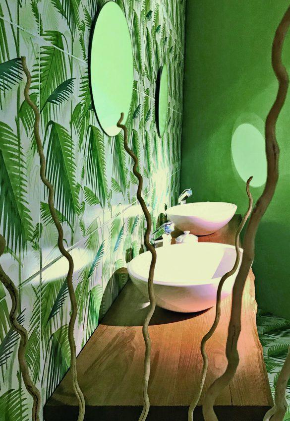 È il verde della natura, nelle sue diverse tonalità e sfumature di colore, il principale protagonista della collezione di rivestimenti Verde Verticale. Piastrelle in ceramica, rigorosamente dipinte a mano, da inserire in ambienti dagli stili diversi.