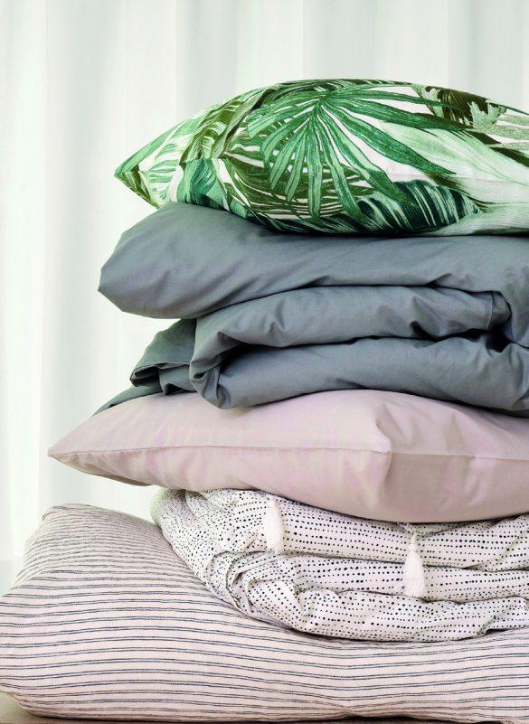 Una stampa in perfetto stile urban jungle veste il cuscino quadrato della collezione 2018. Impreziosito da una stampa di foglie macro, su fondo bianco, è perfetto sia per la zona notte sia per la zona giorno.