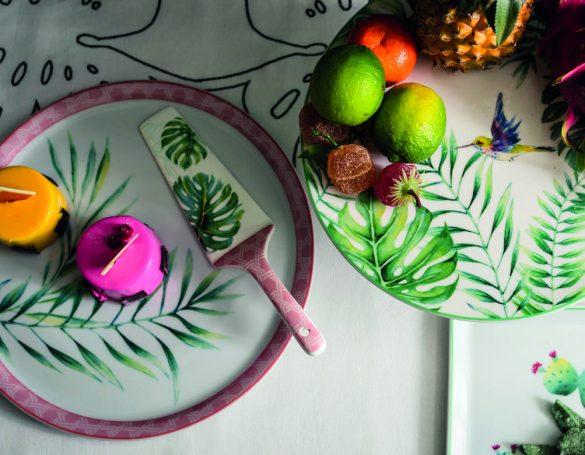 Atmosfera tropicale per la nuova linea da tavola Tropical. Realizzata in porcellana bianca con decori di fiori, frutta e fauna esotica, comprende piatti da dessert, vassoietti, mug e tazze caffè.