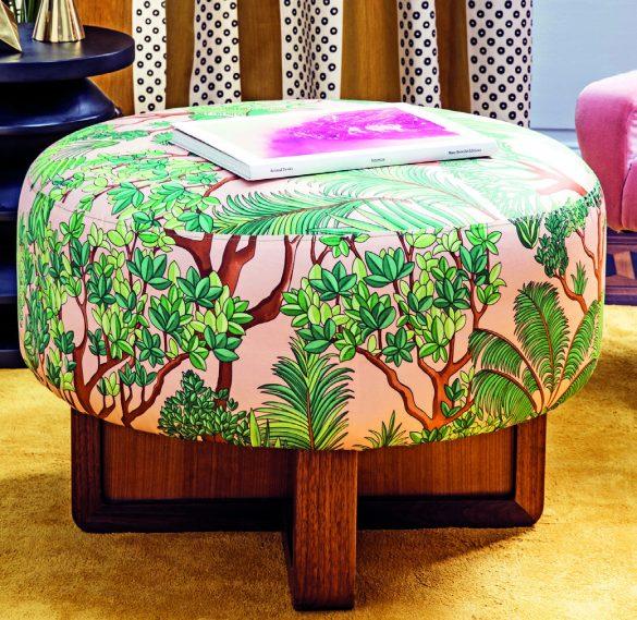 Fa parte della nuova collezione 2018 il tessuto Morny con cui è realizzato questo vivace pouf. Una linea di stampe decorative e ricche di motivi botanici.