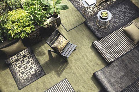 Nel 2018 la collezione di tappeti si amplia con tre nuovi modelli in iuta disponibili in tre colori. Interamente realizzati a mano con uno spirito contemporaneo si distinguono per i disegni grafici pensati per dare un valore aggiunto unico agli interni che li ospiteranno.
