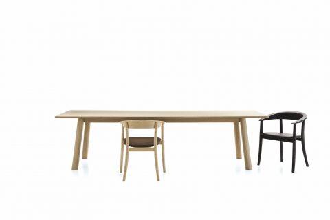 Si ispirano alla storia de 'La bella e la bestia' la sedia, dalle linee femminili e arrotondate Belle, e il solido tavolo Bull, entrambi disegnati da Naoto Fukasawa.