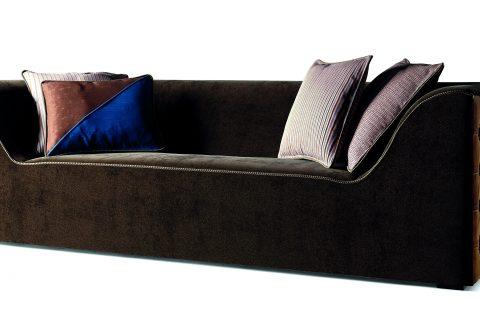 Un moderno sofà dalla geometria importante, questo è Cooper il divano parte della collezione More. La sua forma, che sembra scolpita in un parallelepipedo, è sottolineata dalla importanza volumetrica e dalla scelta dei tessuti, velluto di mohair scuro e nabuk.