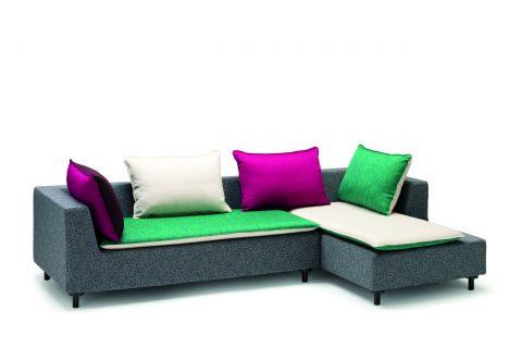 Si chiama Barbican il divano disegnato da Konstantin Grcic. Disponibile nella versione chaise longue o angolare ha un'insolita struttura minimalista, con cuscini e topper in memory rivestiti in tessuto, che possono essere utilizzati per creare look diversi.