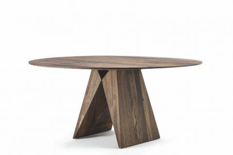 La coppia Setsu & Shinobu Ito firma Miya, il tavolo rotondo interamente realizzato in legno massello, caratterizzato da un top rotondo a liste incollate e da 2 gambe dalla possente forma geometrica.