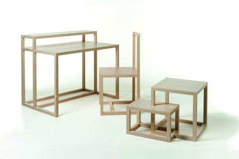 Lo scrittoio One on One è stato pensato da Naoto Fukasawa per mostrare l'alta maestria degli ebanisti italiani. L'idea, solo apparentemente molto semplice, sottende un'esecuzione complessa. Il progetto comprende: scrittoio, sedia, tavolo basso e vassoio, tutti concepiti con lo stesso linguaggio.