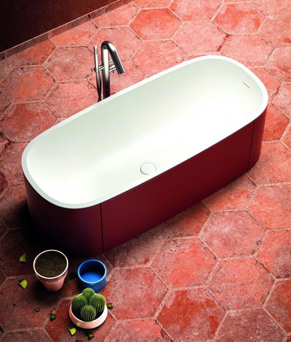 Ovale e freestanding, realizzata in BluSolid bianco opaco e pannellatura in legno laccato opaco, la vasca BlondeCrazy è disponibile in 192 colori RAL. Ampia e accogliente interpreta stili d'arredo diversi a seconda del colore scelto per la pannellatura esterna.