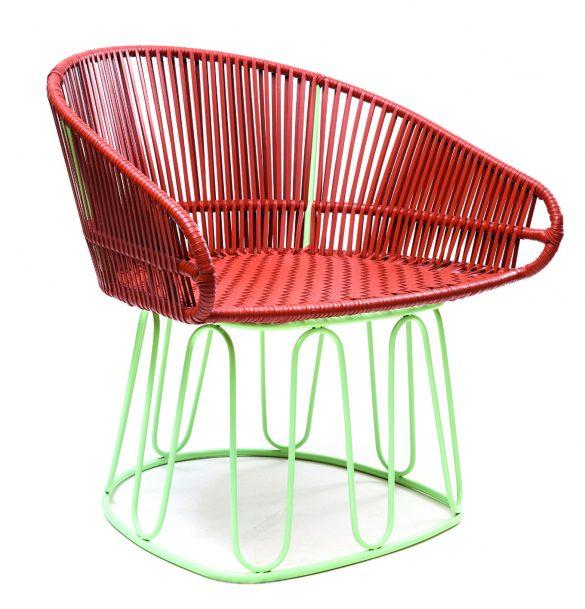 Fa parte della variopinta famiglia di mobili Circo questa lounge chair interamente prodotta a mano. Disponibile in 2 varianti colore, si presenta con una struttura in tubi d'acciaio verniciata a polvere combinata a un intreccio di pregiata pelle.