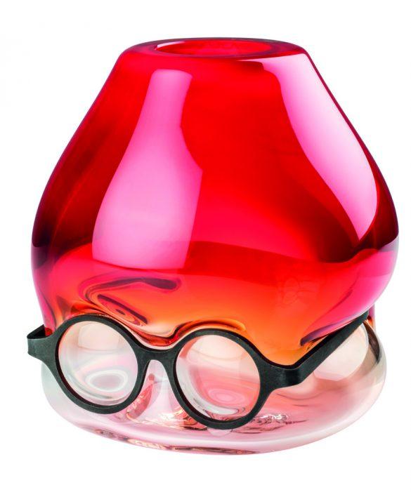 Presentata durante l'ultima edizione del Salone del Mobile di Milano Where are my glasses? È lo straordinario progetto firmato da Ron Arad. Una collezione di tre vasi, Under, Single Lens e Double Lens, che combina vetro e metallo, colore e trasparenza, in un processo produttivo di grande armonia.