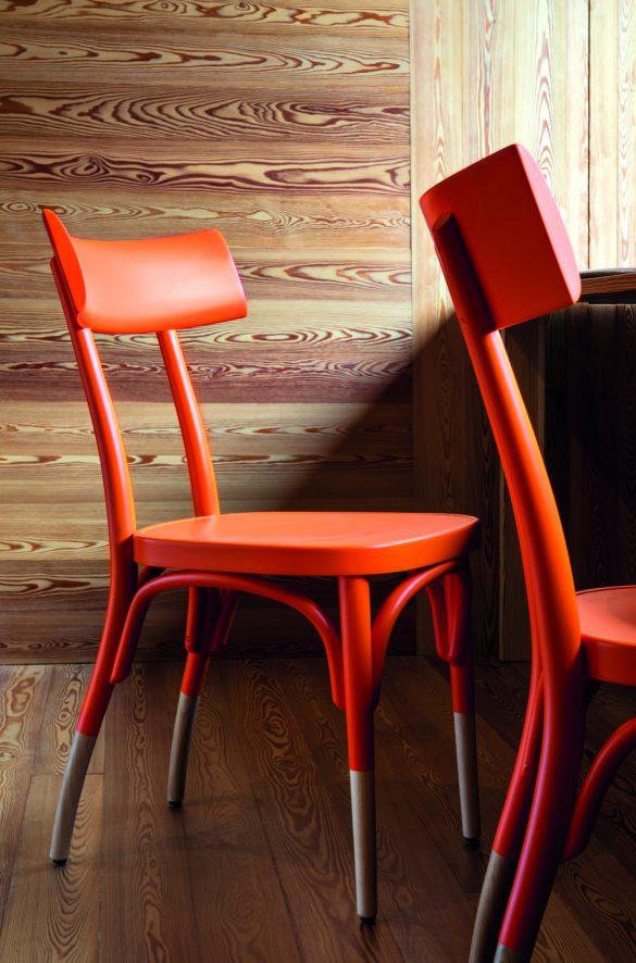 Ideata nel 1994, la sedia di Hermann Czech, è un modello dal design attuale che guarda a tempi lontani. Interamente realizzata in faggio massello curvato, Czech è disponibile anche in versione imbottita, con o senza braccioli.