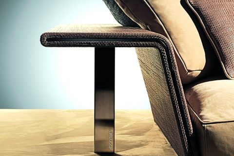Porta la firma di Mauro Lipparini il divano Xavier. Elementi volumetrici si intrecciano fra loro per creare un imbottito confortevole dall'aspetto elegante e dal forte segno emozionale. Alla base una piattaforma ospita gli elementi di sostegno (braccioli/schienale) su questo poggiano cuscini che si articolano, in modo simmetrico e asimmetrico, con grande generosità compositiva.