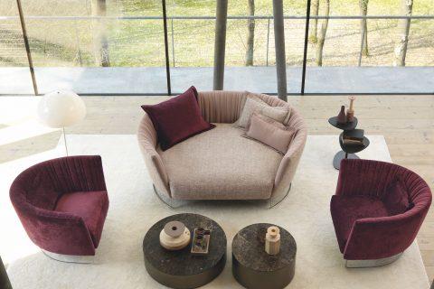 Setsu & Shinobu disegnano isola Shellon, la serie di imbottiti che rimanda a uno spazio accogliente e contenuto. Il divano, ispirato dalla leggerezza, grazie ad una struttura originale in acciaio, è caratterizzato da piegature irregolari verticali e da una forma sinuosa che si esalta nella versione ad isola.