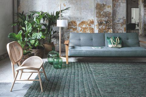 I famosi fratelli designer  Ronan ed Erwan Bouroullec regalano il loro concetto di eleganza fluida nel tappeto Blur. Disponibile in diversi colori e in 2 diverse dimensioni è in 100% lana afgana filata a mano.