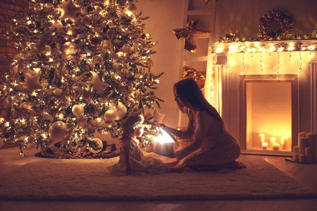 La magia delle feste per addobbare l'albero di Natale