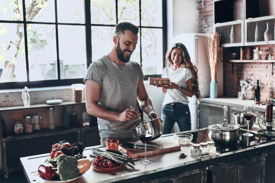 Preparare insieme piatti e prelibatezze nella cucina in condivisione
