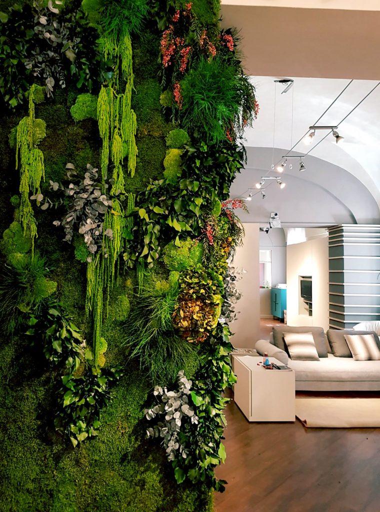 I giardini verticali stabilizzati possono essere arricchiti con fiori insieme a muschi e licheni
