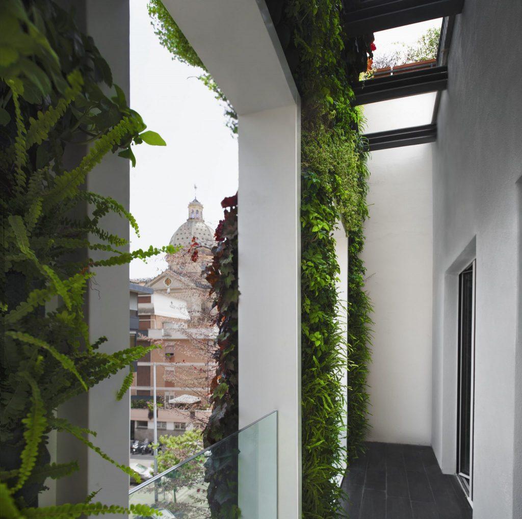 I giardini verticali sono costituiti da piante vive che vengono irrigate con sistemi appositi