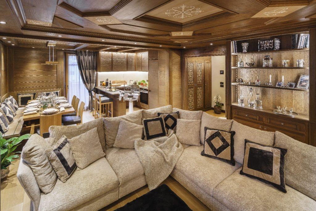 Una casa in montagna ristrutturata tra stile tradizionale for Ingresso di casa moderno