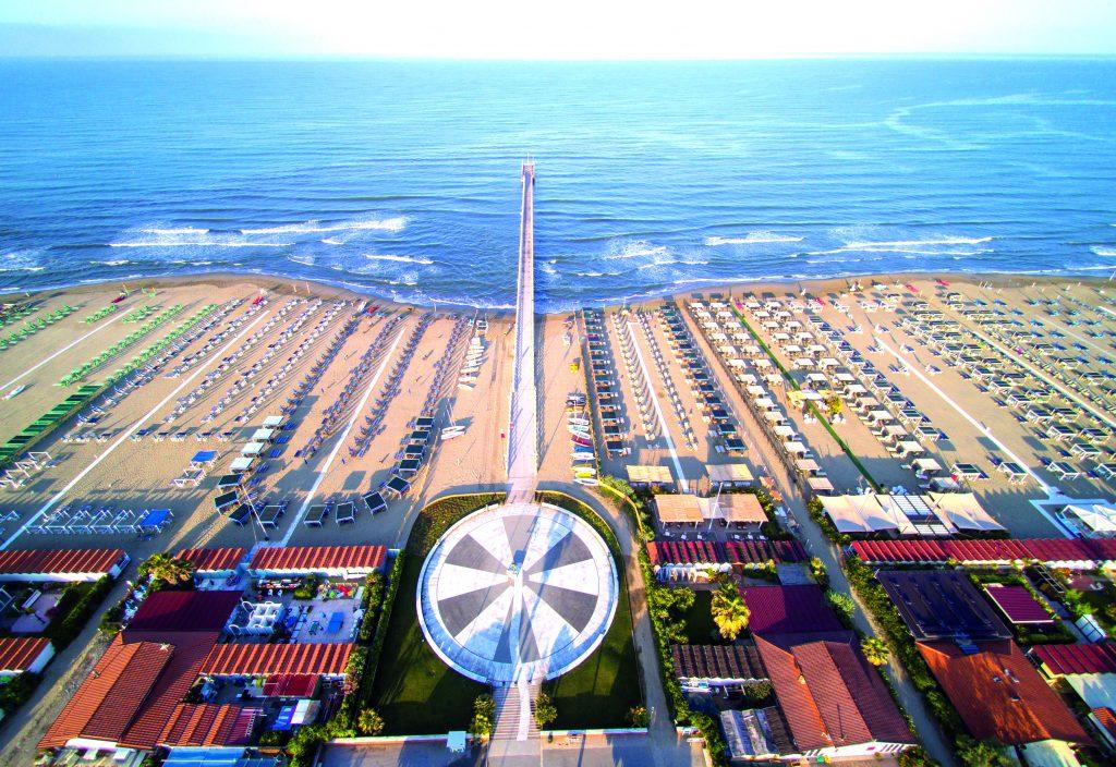 spiaggia dall'alto con pontile