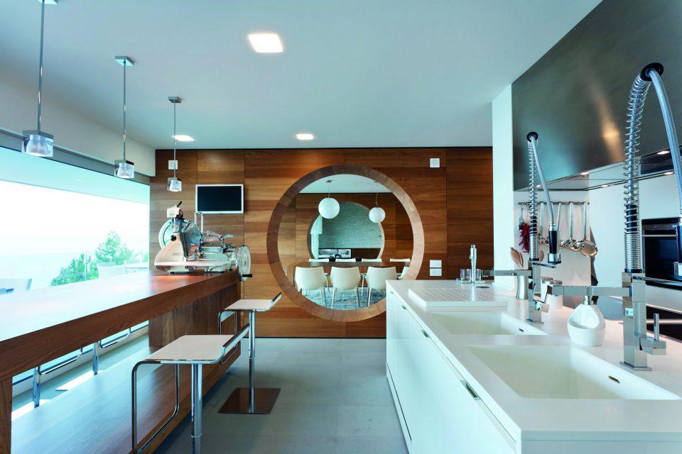 Una cucina moderna con vista mare | Ville&Casali