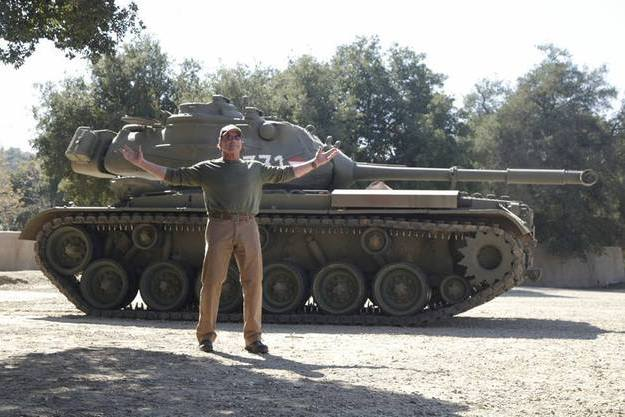 Арнольд Шварценеггер возле танка