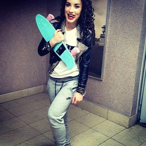 Виктория Дайнеко со скейтом