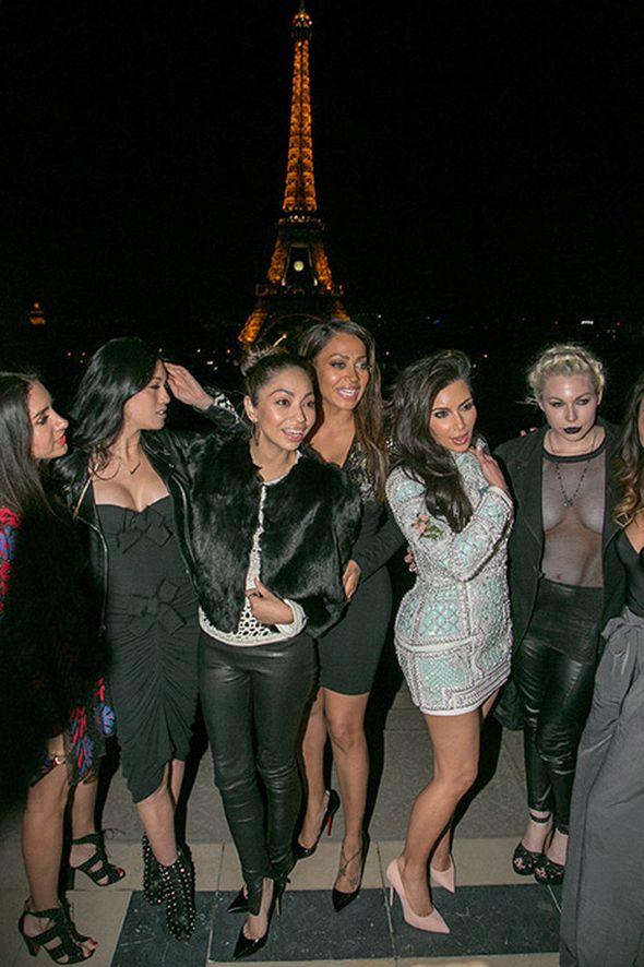 Ким Кардашьян с гостями девичника. Фото сайта starslife.ru