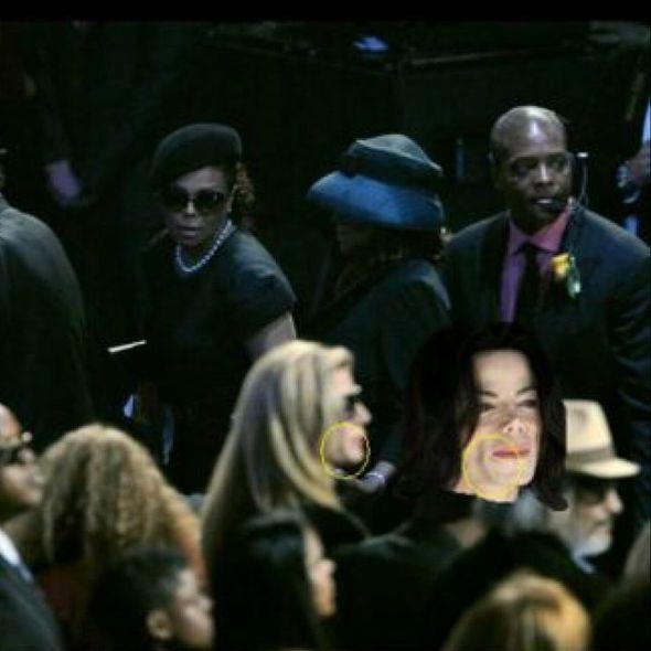Фото с похорон Майкла Джексона, на котором Джанет Джексон смотрит на блондинку похожую на Майкла