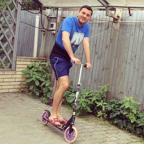 Бахтияр Салимов на самокате. Фото: instagram.com/volochkova_art/