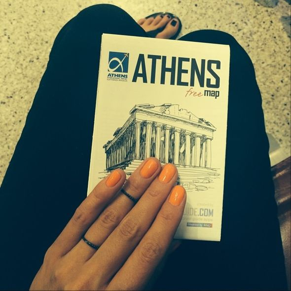 Агния Дитковските держит путеводитель по Афинам