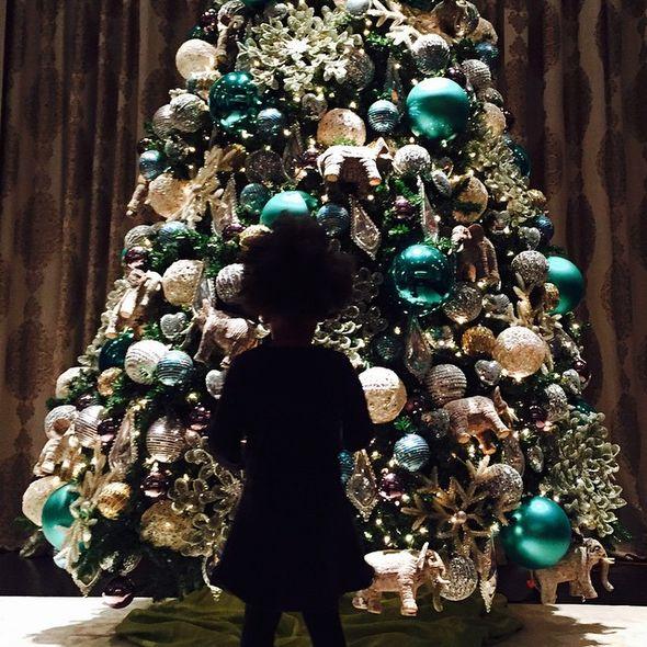 Дочь Бейносе Блю Айви перед рождественской елкой