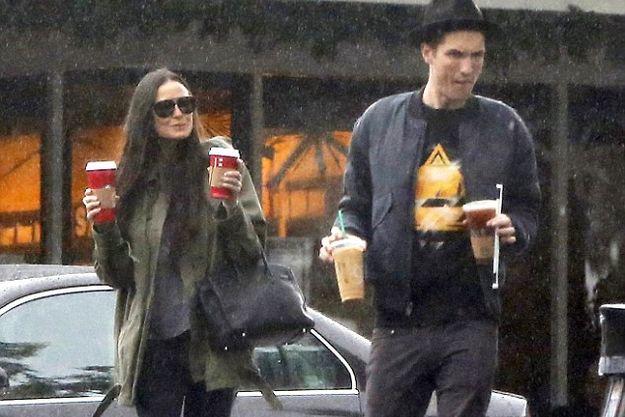 Деми Мур прогулялась с молодым любовником под дождем
