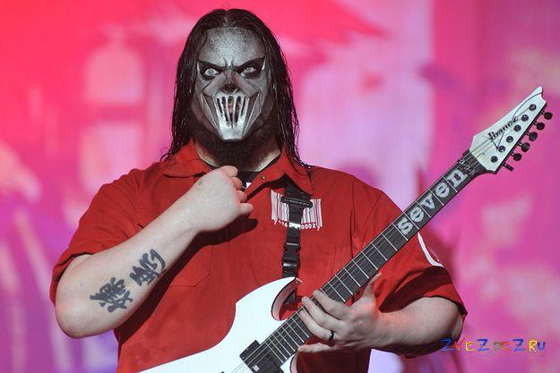 Гитарист Slipknot ранен ножом в голову собственным братом