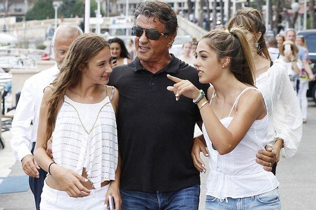 Сильвестр Сталлоне прогулялся с красавицами дочерьми