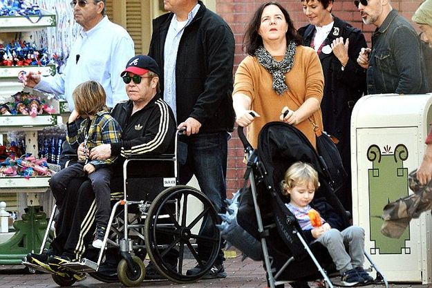 Элтон Джон ездил по Диснейледну в инвалидном кресле