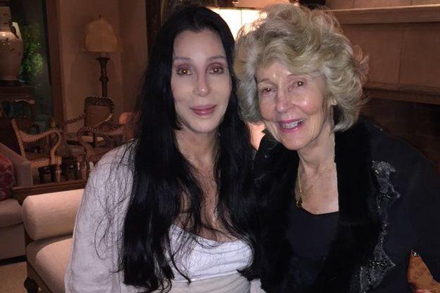 Певица Шер показала селфи со своей мамой