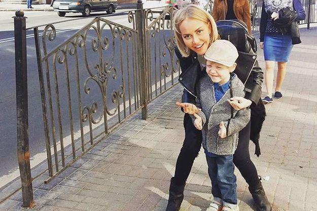 Маша Малиновская показала сына Мирона на улицах Смоленска