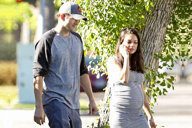 Мила Кунис похвасталась беременным животиком