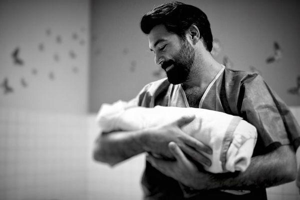 Алексей Чумаков показал фото с новорожденной дочкой