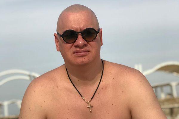 Лысый Женя из «Квартала 95» показал, какие у него были волосы