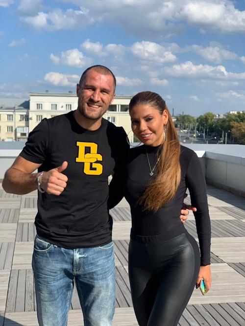 Певица GABI поздравила боксера Сергея Ковалева с победой и примерила его титулский пояс
